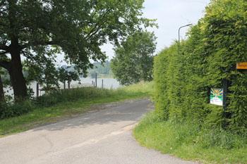 De camping heeft uitzicht op de IJssel